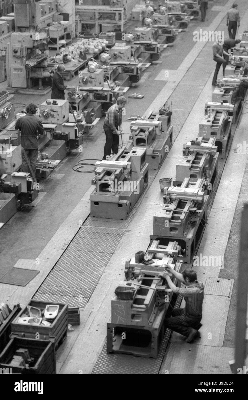 Workers at Moscow Yefremov Krasny Proletari main conveyer assembling numerically controlled machine tools - Stock Image