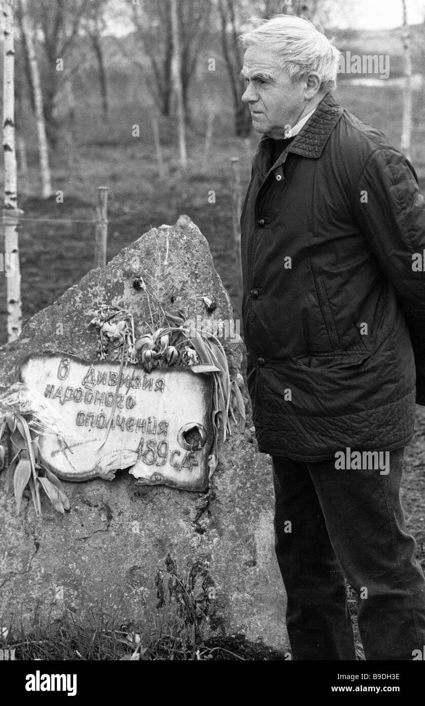 Writer Granin beside the monument to the militia division he was associated with in the Leningrad Front - Stock Image