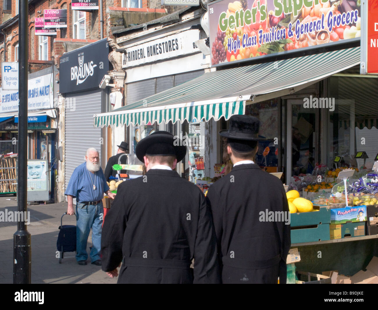 UK.Orthodox Jewish people shopping in Stanford Hill,London,UK.Photo by Julio Etchart - Stock Image
