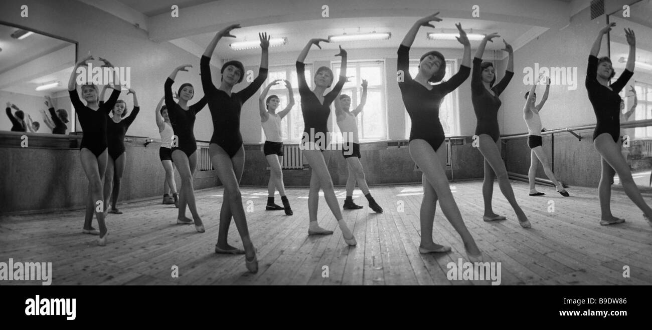 Dancing lesson at the 8th grade of the moscow circus and variety show school stock