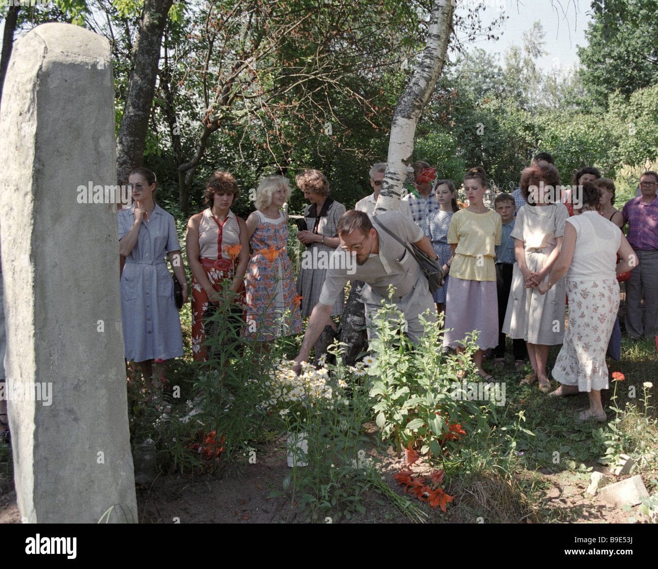 Velimir Khlebnikov poetic work admirers lay flowers at the poet s grave - Stock Image