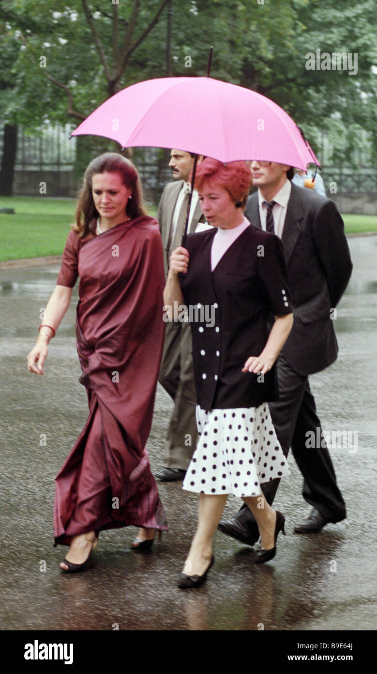 Sonya Gandhi the Indian Prime Minister s wife left and Raisa Gorbacheva the U S S R First Lady sightseeing in the - Stock Image