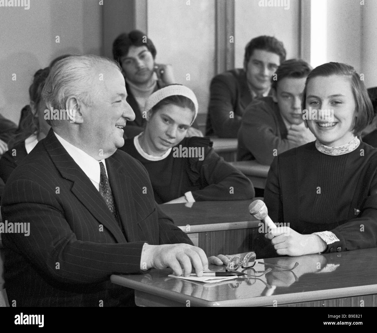 Writer Irakly Andronikov teaches Russian literature course at a Moscow school - Stock Image