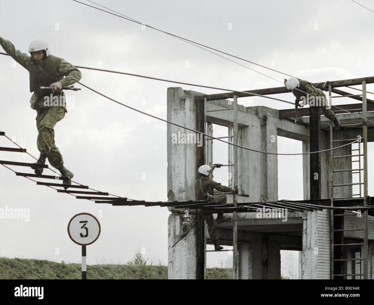 Soldiers Training Obstacle Stock Photos & Soldiers Training Obstacle ...