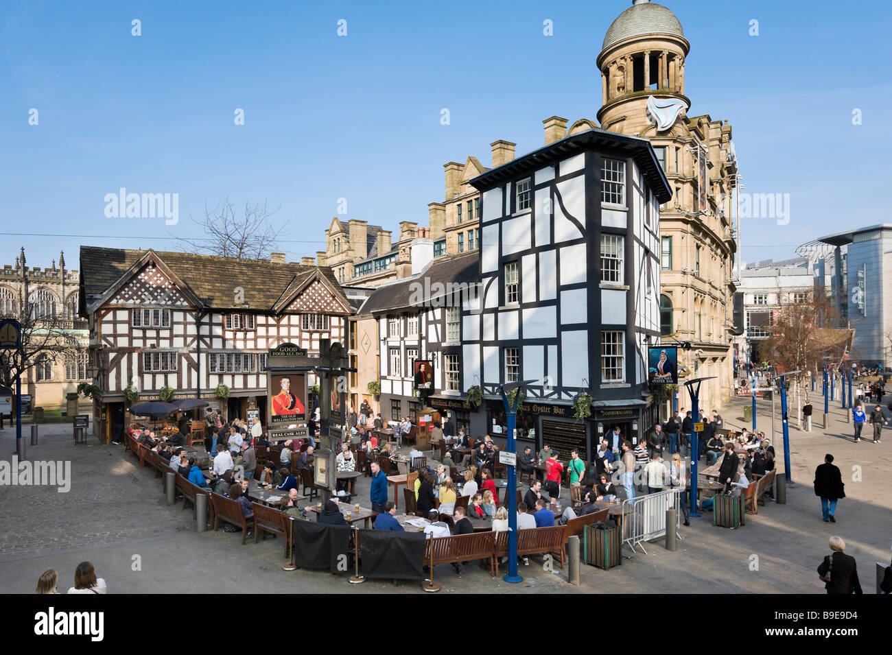 The Old Wellington Inn and Sinclair's Oyster Bar, Cathedral Gates, Exchange Square, Manchester, England - Stock Image