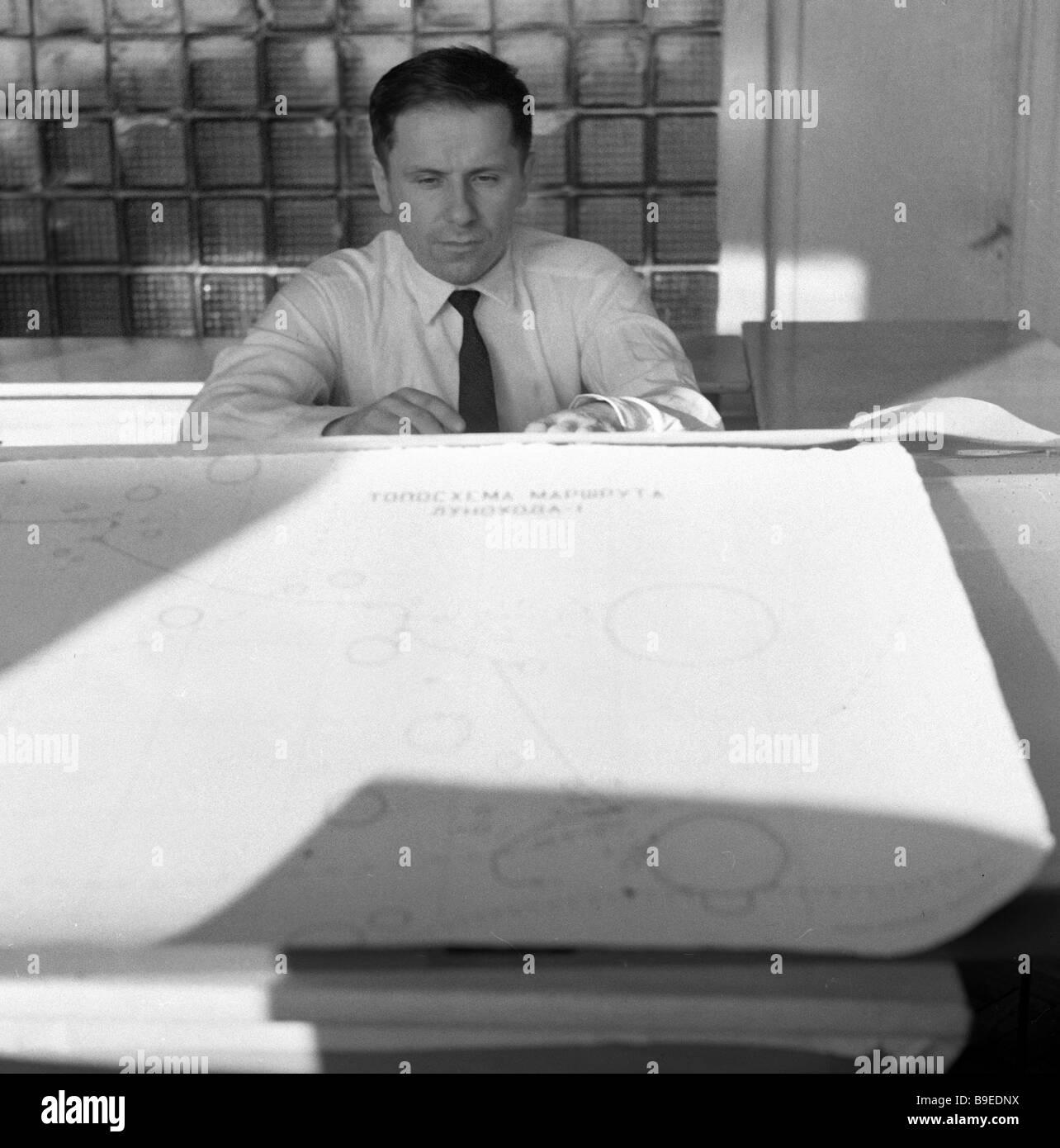 Navigator of the Lunokhod 1 lunar rover plots course - Stock Image