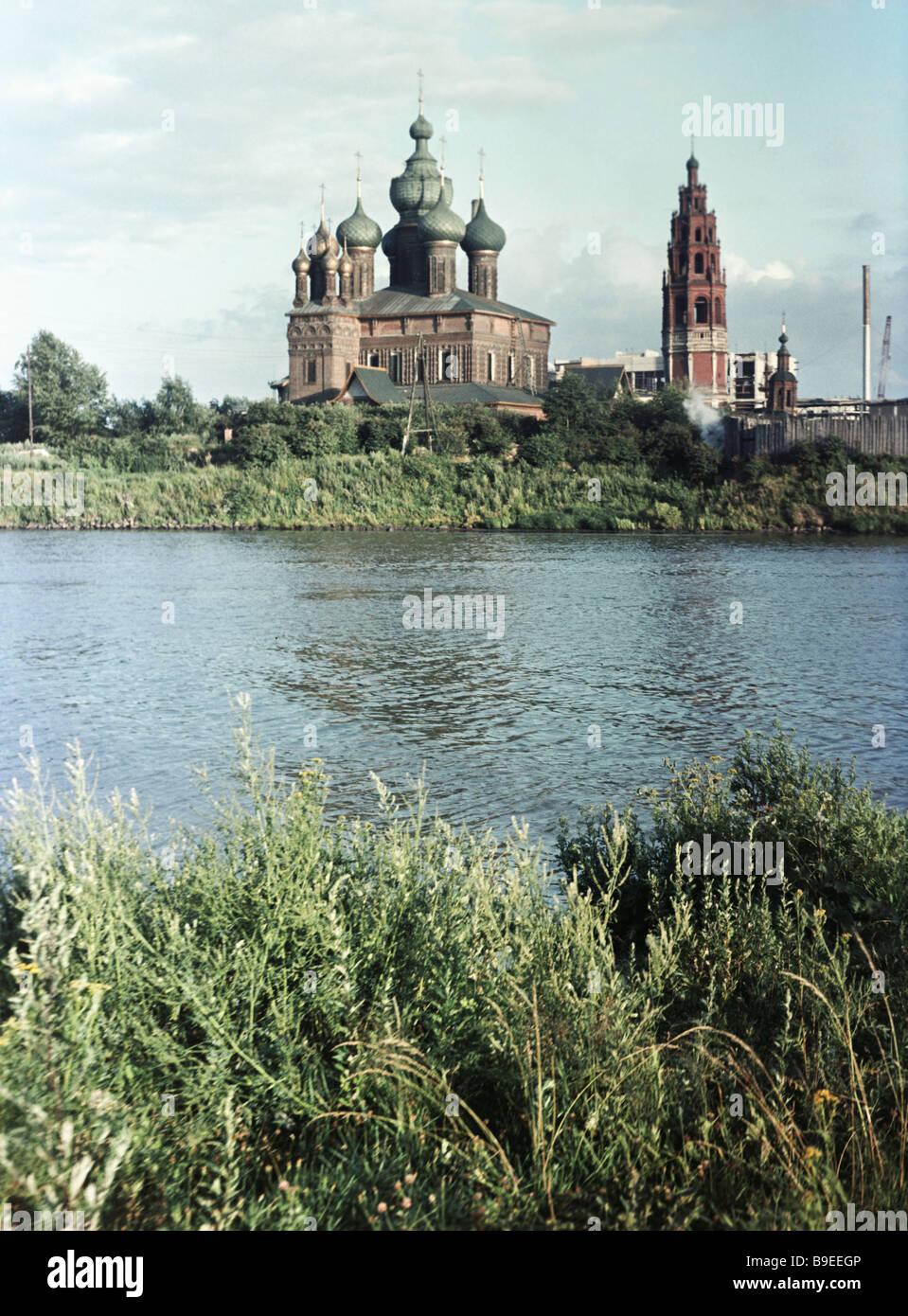 Belfry and church of John the Baptist in Tolchkov near Yaroslavl built 1671 1687 - Stock Image