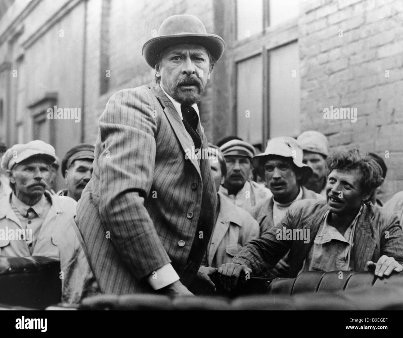 Oleg Yefremov as Mikhail Skrobotov in Rodion Nakhapetov s film Enemies - Stock Image