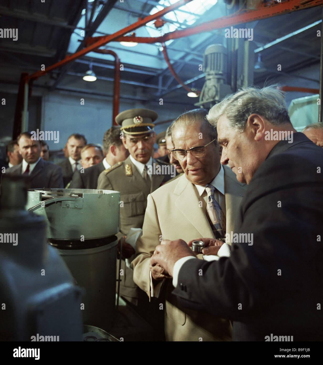 [Obrazek: yugoslav-president-josip-broz-tito-cente...B9F1JB.jpg]