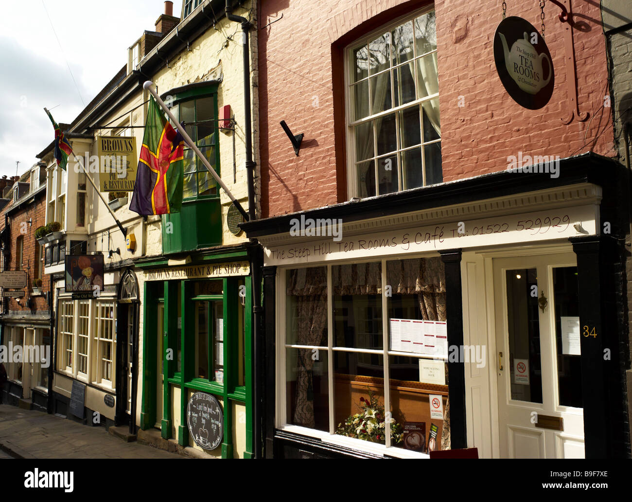 Steep Hill, Lincoln, with Tearoom and Lincoln Flag - Stock Image