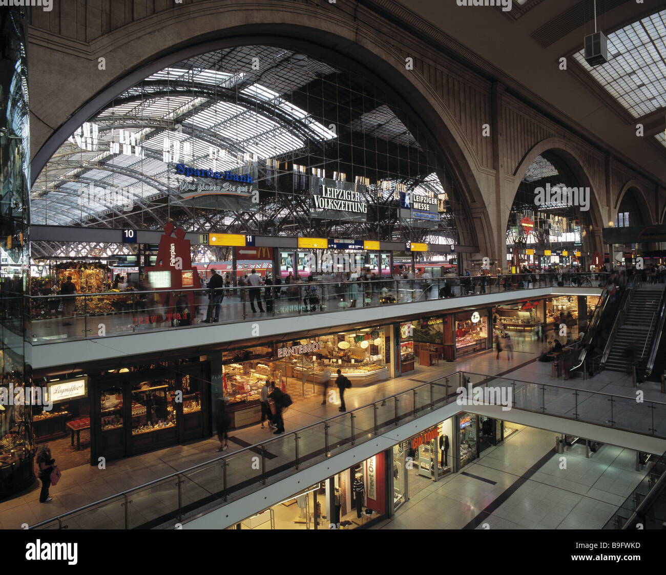 Germany Saxony Leipzig main train station promenades purchase-passage people terminus railway station railway station - Stock Image