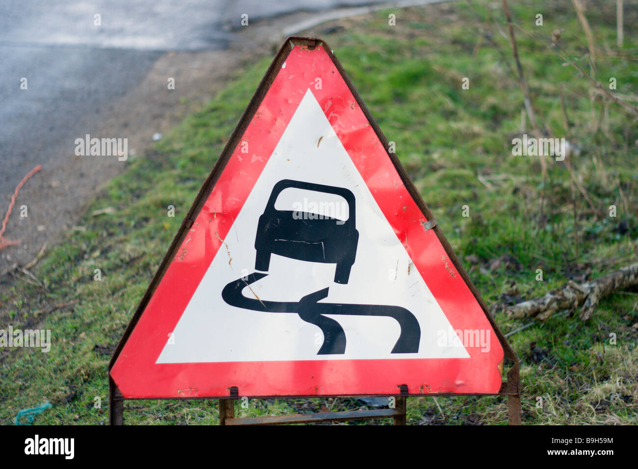 Slippery road warning roadsign - Stock Image