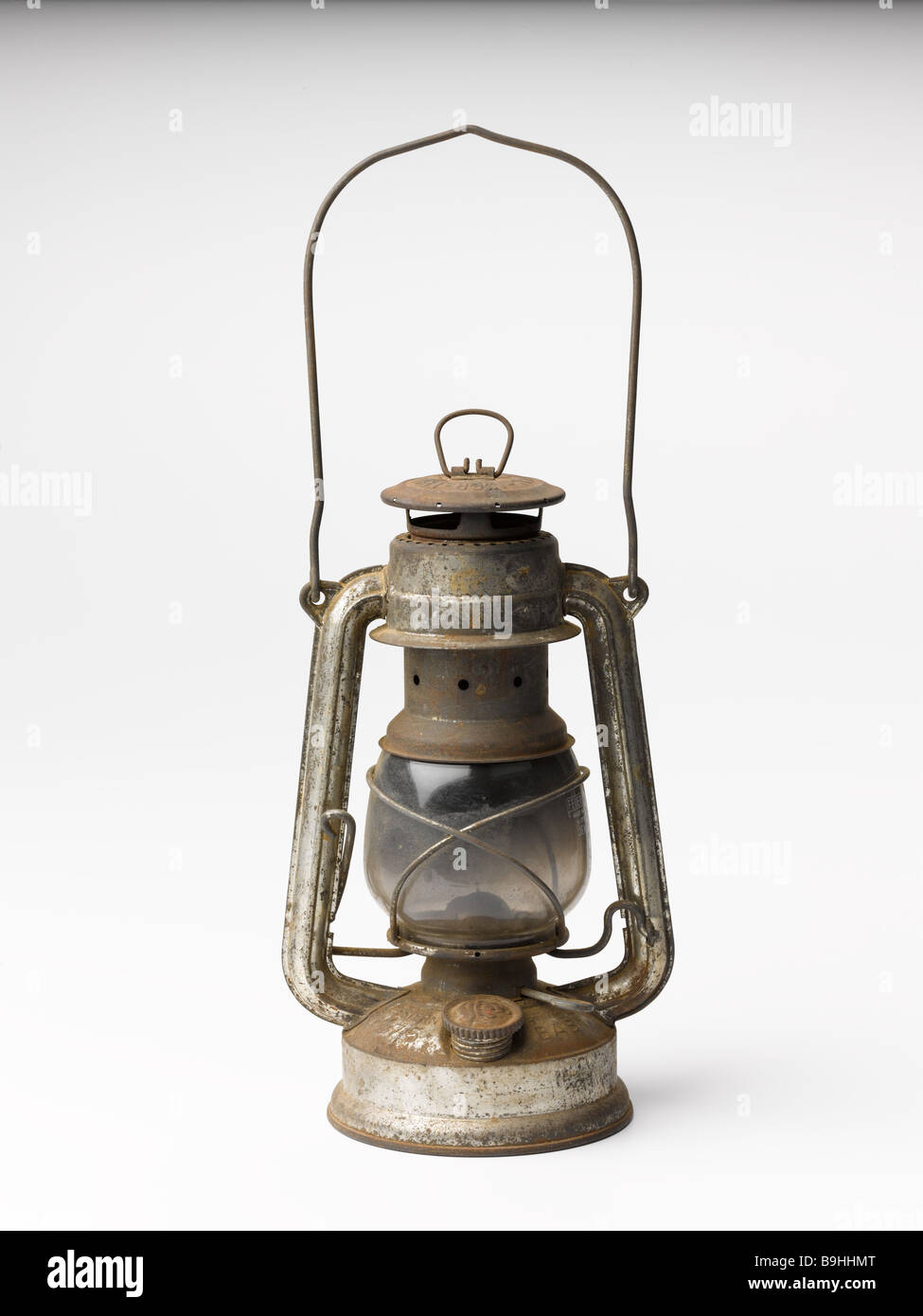 old/oil/lamp/oil lamp/rusty.cut.out.hurricane.tin. - Stock Image