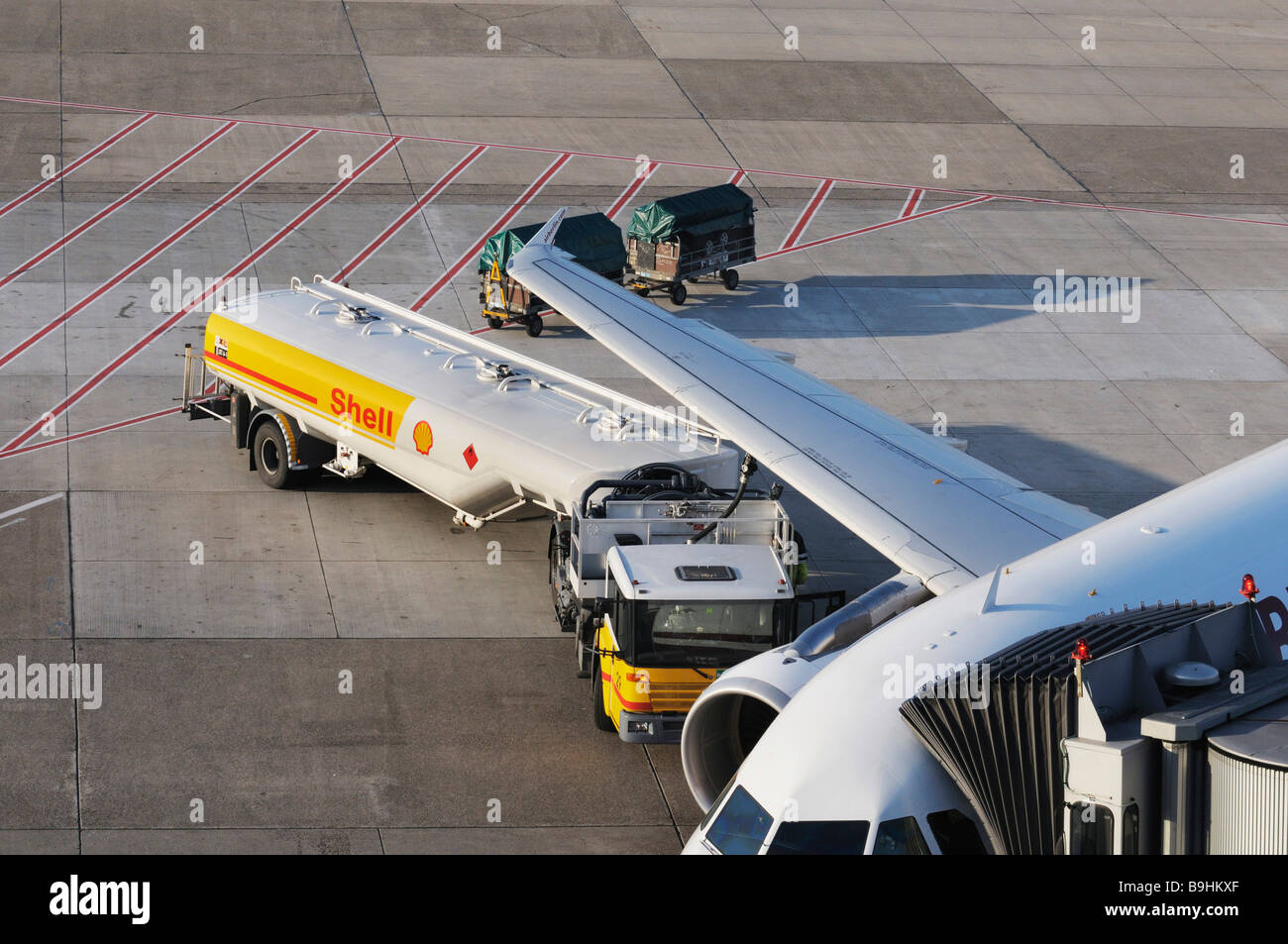 Fuelling a commercial aircraft, Duesseldorf International Airport, North Rhine-Westphalia, Germany, Europe - Stock Image