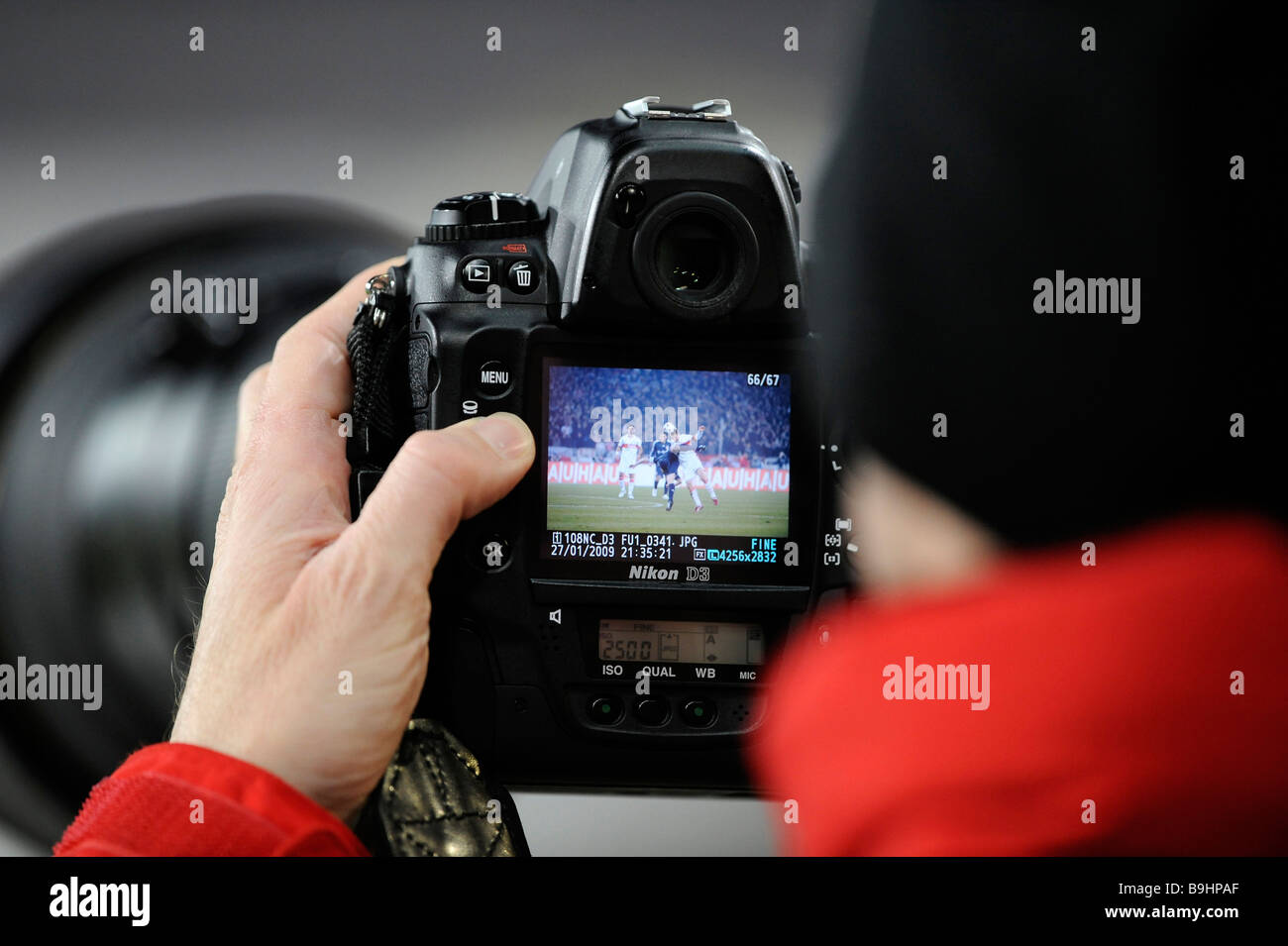 Sports photgrapher using a Nikon D3 - Stock Image