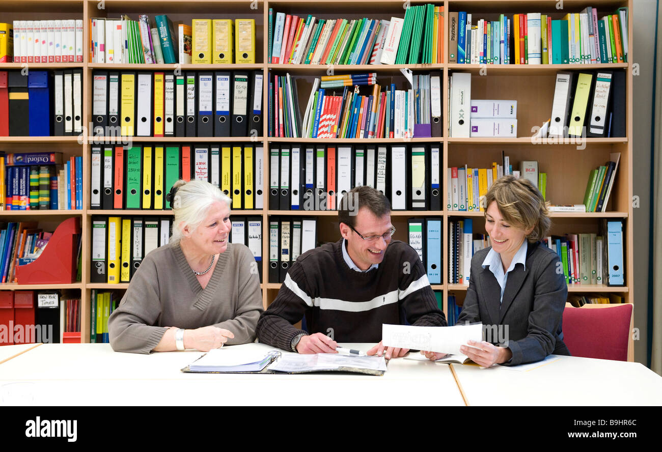 Discussion in a work room - Stock Image