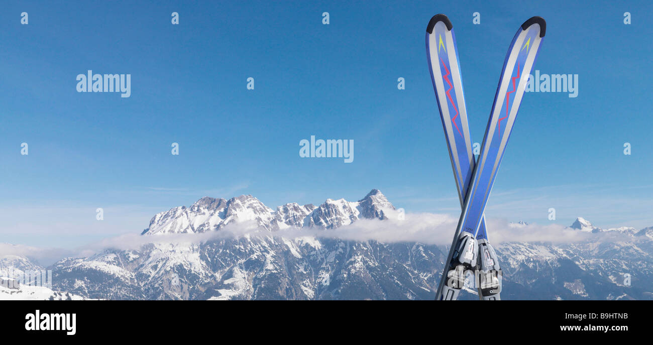 Skis in snow on top of mountain - Stock Image