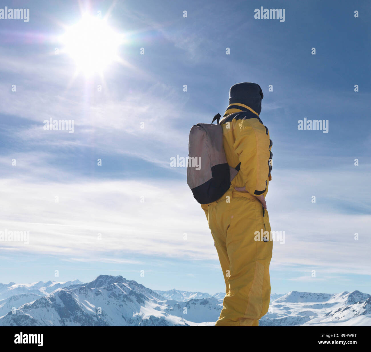 Man standing on mountain top - Stock Image
