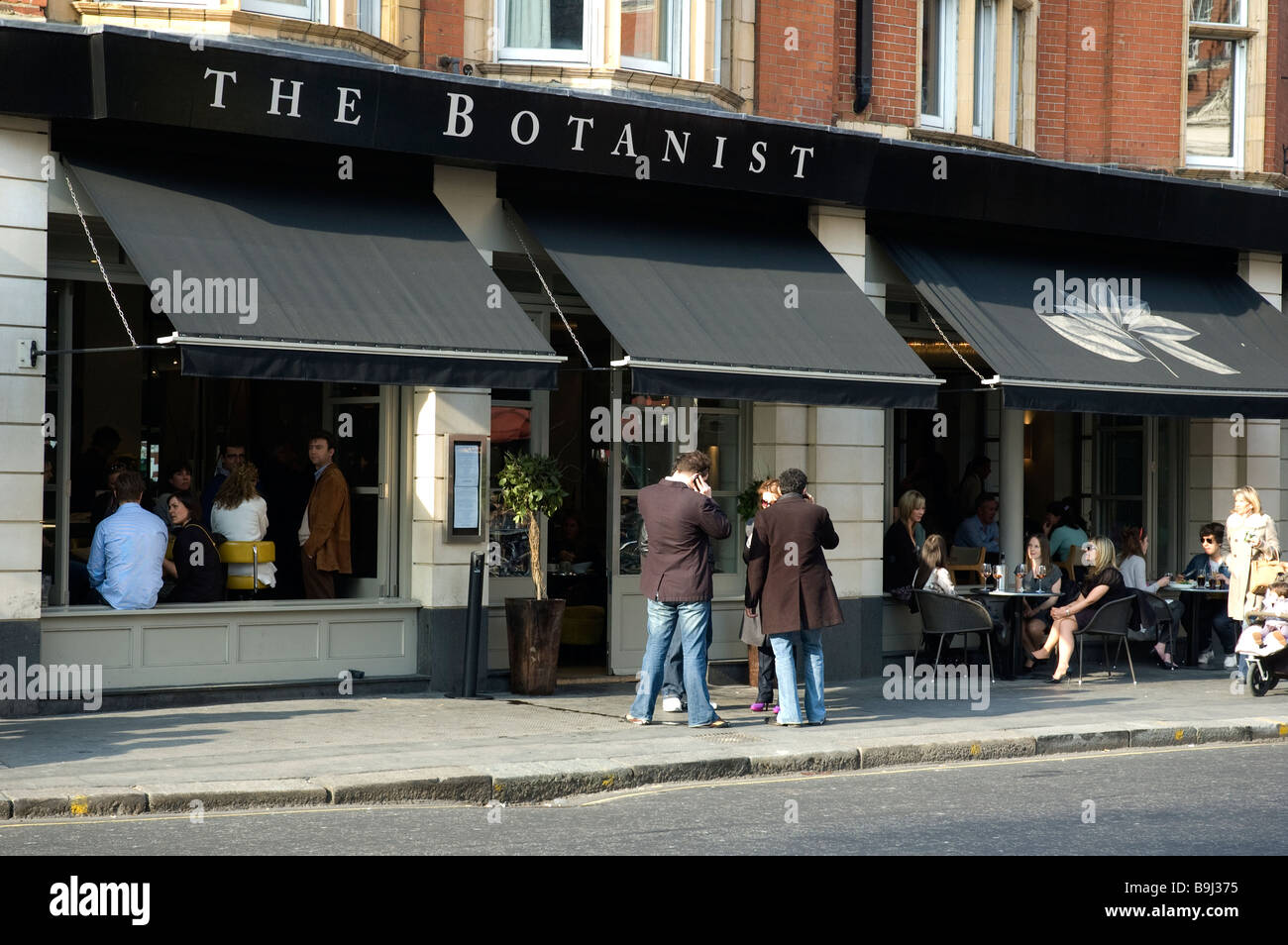 POPULAR WATERING HOLE  AND PUB IN SLOAN SQUARE CHELSEA  LONDON UK - Stock Image