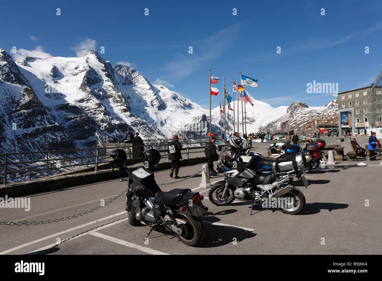Grossglockner mountain, motorcycles parked at Kaiser-Franz-Josefs-Hoehe, Grossglockner High Alpine Road, Hohe Tauern - Stock Image