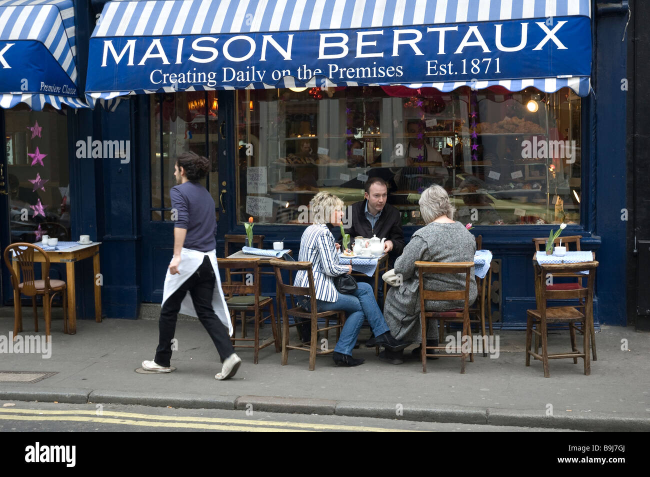 A GROUP OF FRIENDS ALFRESCO DINING AT MAISON BERTAUX- POPULAR SOHO LONDON RESTAURANT - Stock Image