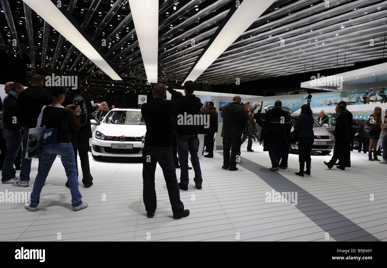 Visitors at the VW stand at the Geneva mtor show 2009 - Stock Image