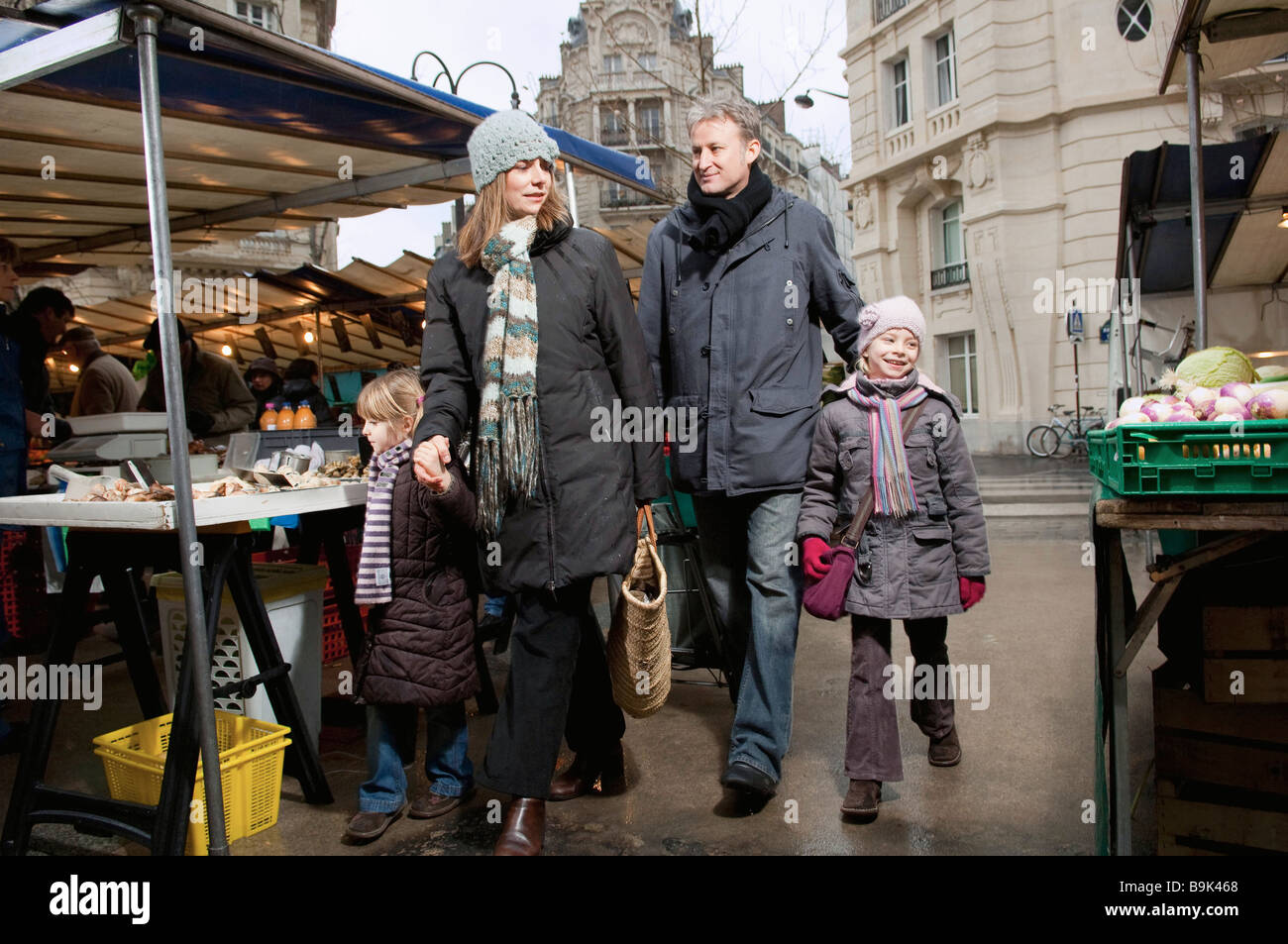 Family walking in outdoor market - Stock Image
