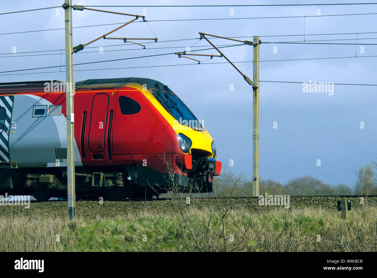 overhead cablesVirgin train diesel Voyager with overhead power cables - Stock Image