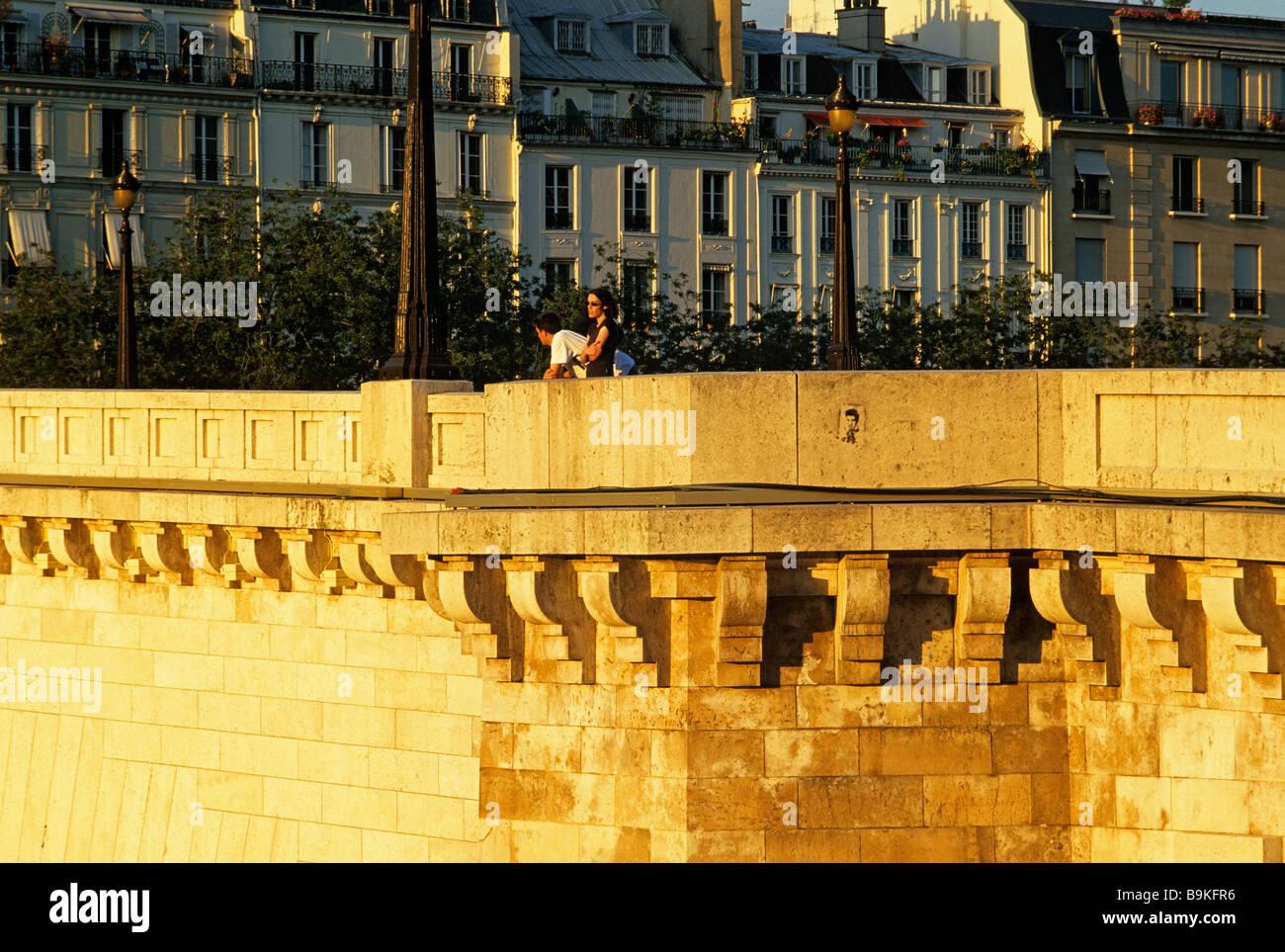 France, Paris, pont de la Tournelle and buildings quai d' Anjou en arrière plan - Stock Image