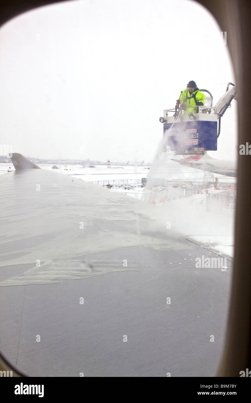 De-icing Aircraft Wings at Heathrow - Stock Image
