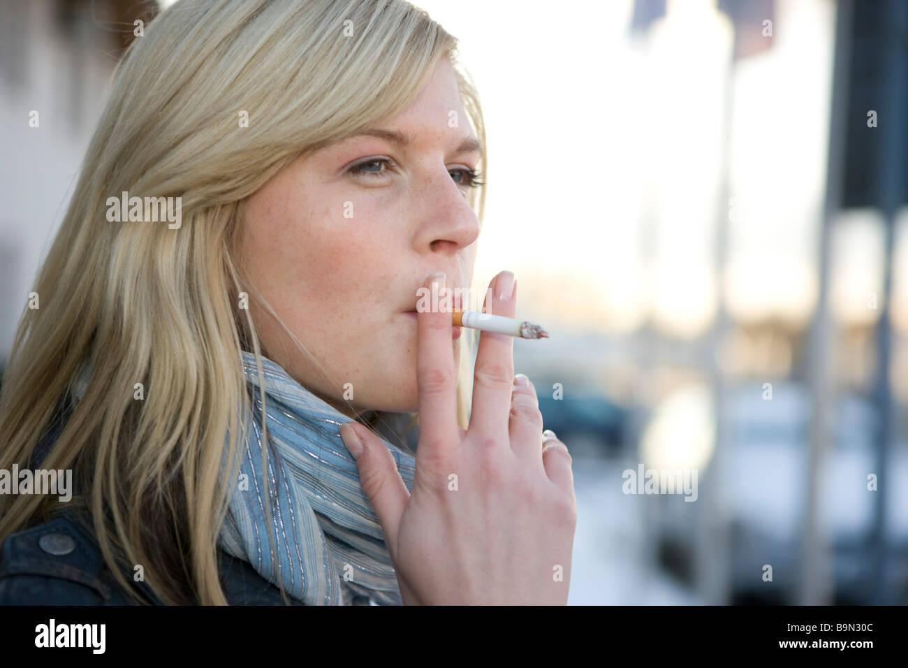 Frau rauchend, an der zigarette ziehen - Stock Image