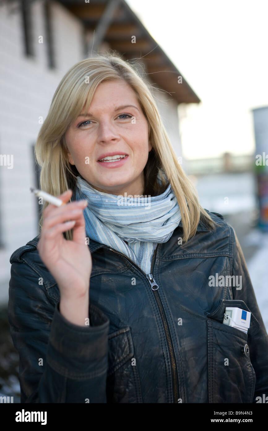 Frau rauchend, zigarette in der hand - Stock Image