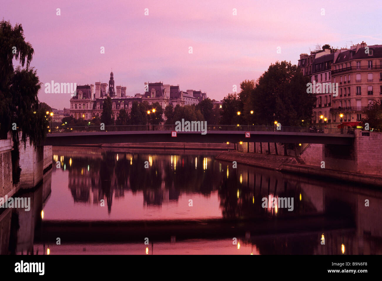 France, Paris, banks of the Seine river classified as World Heritage by UNESCO, Pont Saint Louis, linking the Ile - Stock Image