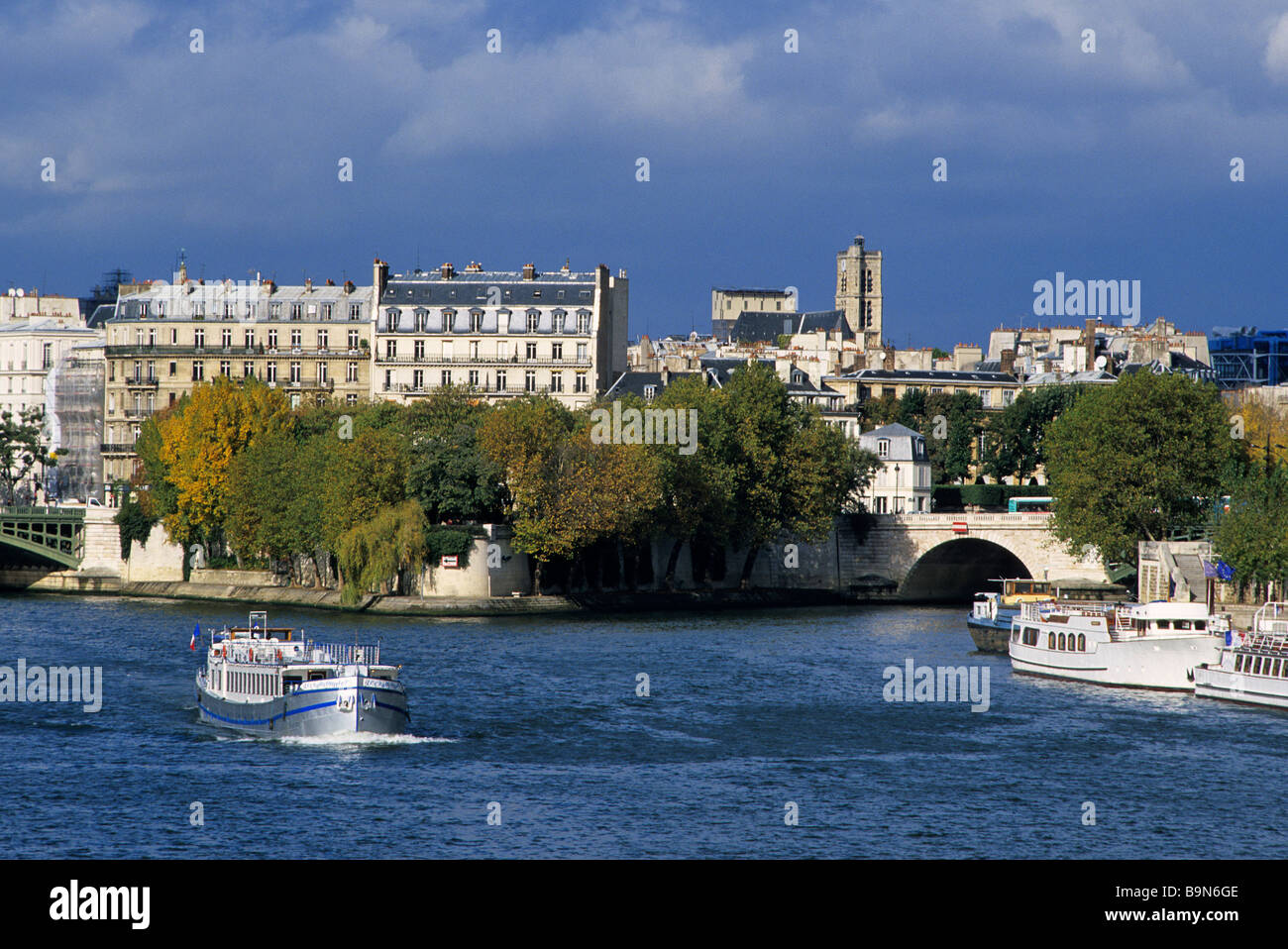 France, Paris, banks of the Seine river classified as World Heritage by UNESCO, Pont de Sully, view of the Seine - Stock Image
