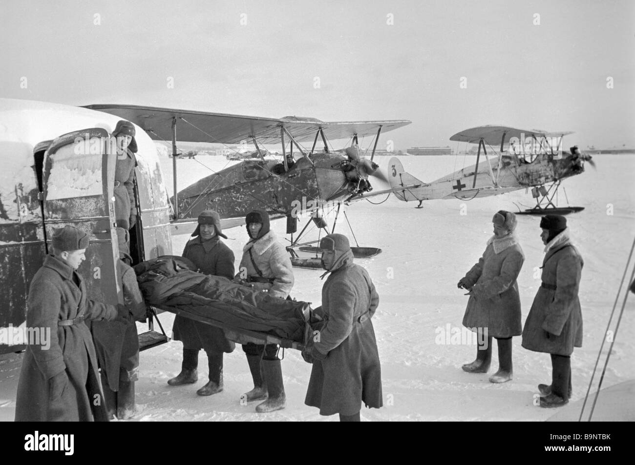 The aero medical service evacuating a wounded soldier - Stock Image