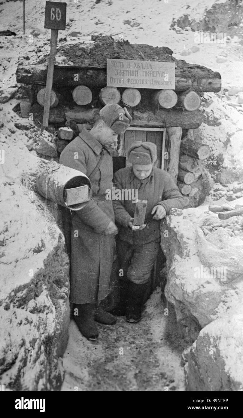 Combat engineers extracting explosives - Stock Image