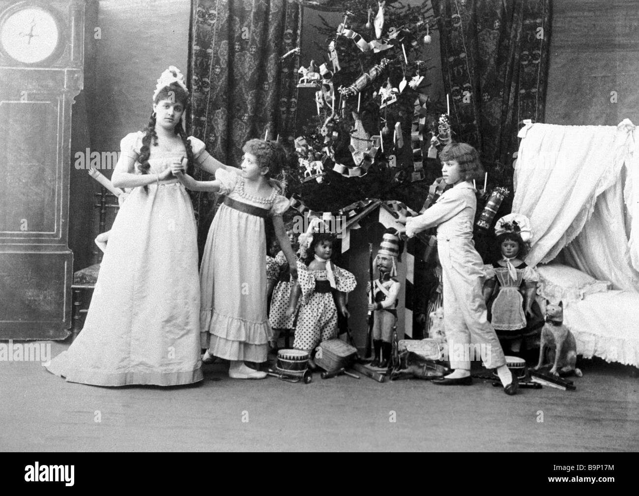https://c8.alamy.com/comp/B9P17M/a-scene-from-pyotr-tchaikovsky-s-ballet-the-nutcracker-at-the-mariinsky-B9P17M.jpg