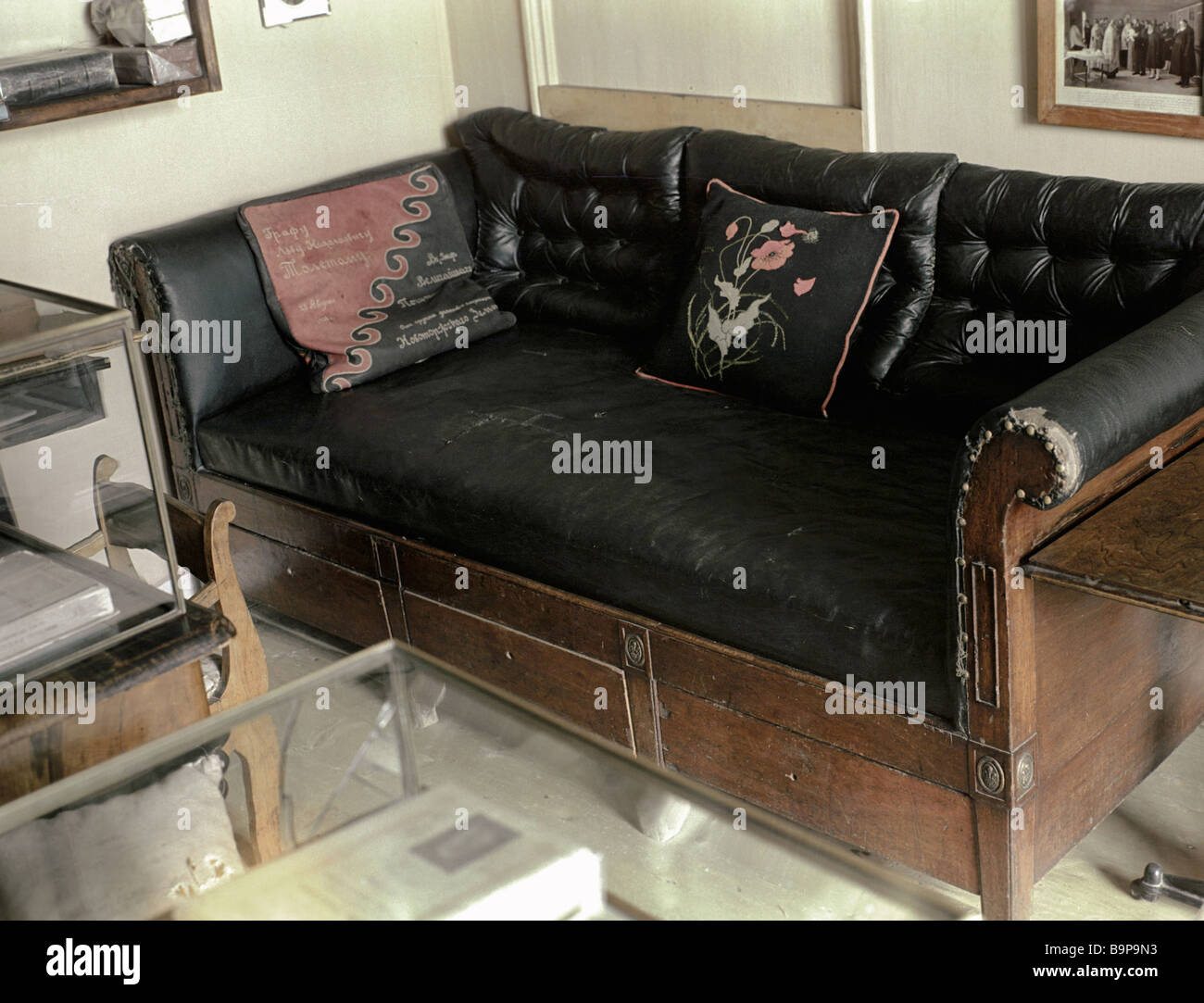 The leather sofa in the Lev Tolstoy house museum at Yasnaya Polyana - Stock Image
