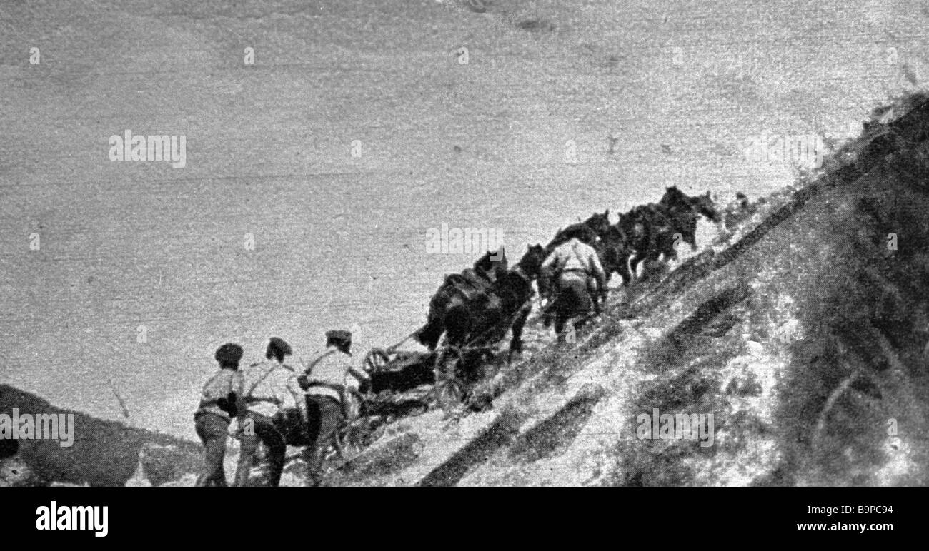 Artillerymen climbing the Carpathians during WWI - Stock Image
