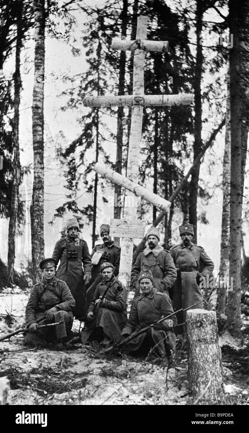 Soldiers of the 1st Russian Army standing near the cross over the common grave World War One 1914 1918 - Stock Image