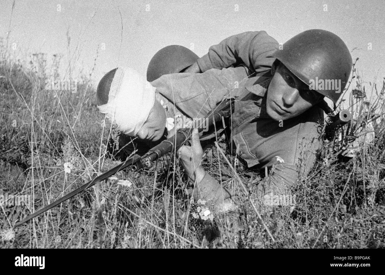 Removing a wounded soldier from the battlefield in the central front during the WWII years - Stock Image