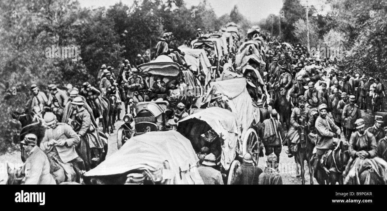 Italian troop column moves along road near Isonzo during World War One - Stock Image