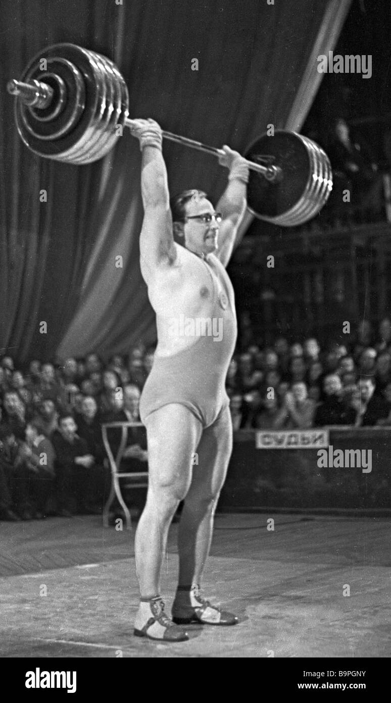Soviet heavyweight Yury Vlasov lifting 210 kilo barbell - Stock Image