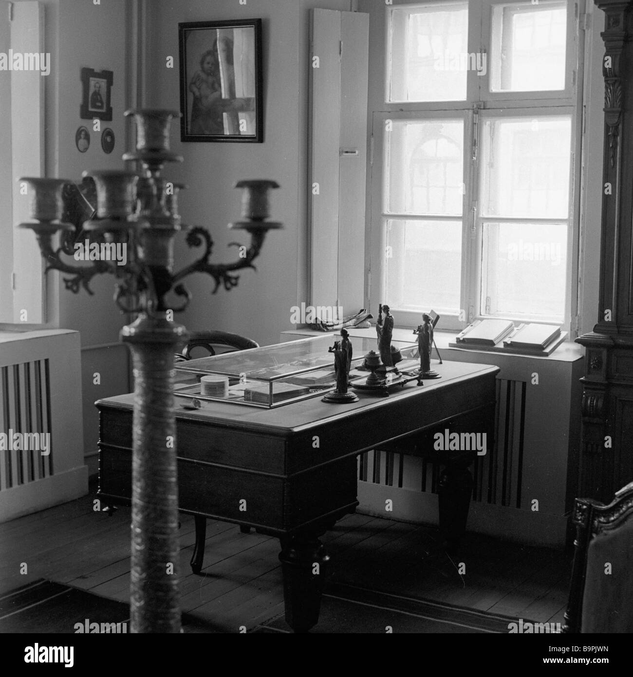 Fedor Dostoyevsky s desk in his Moscow memorial house - Stock Image