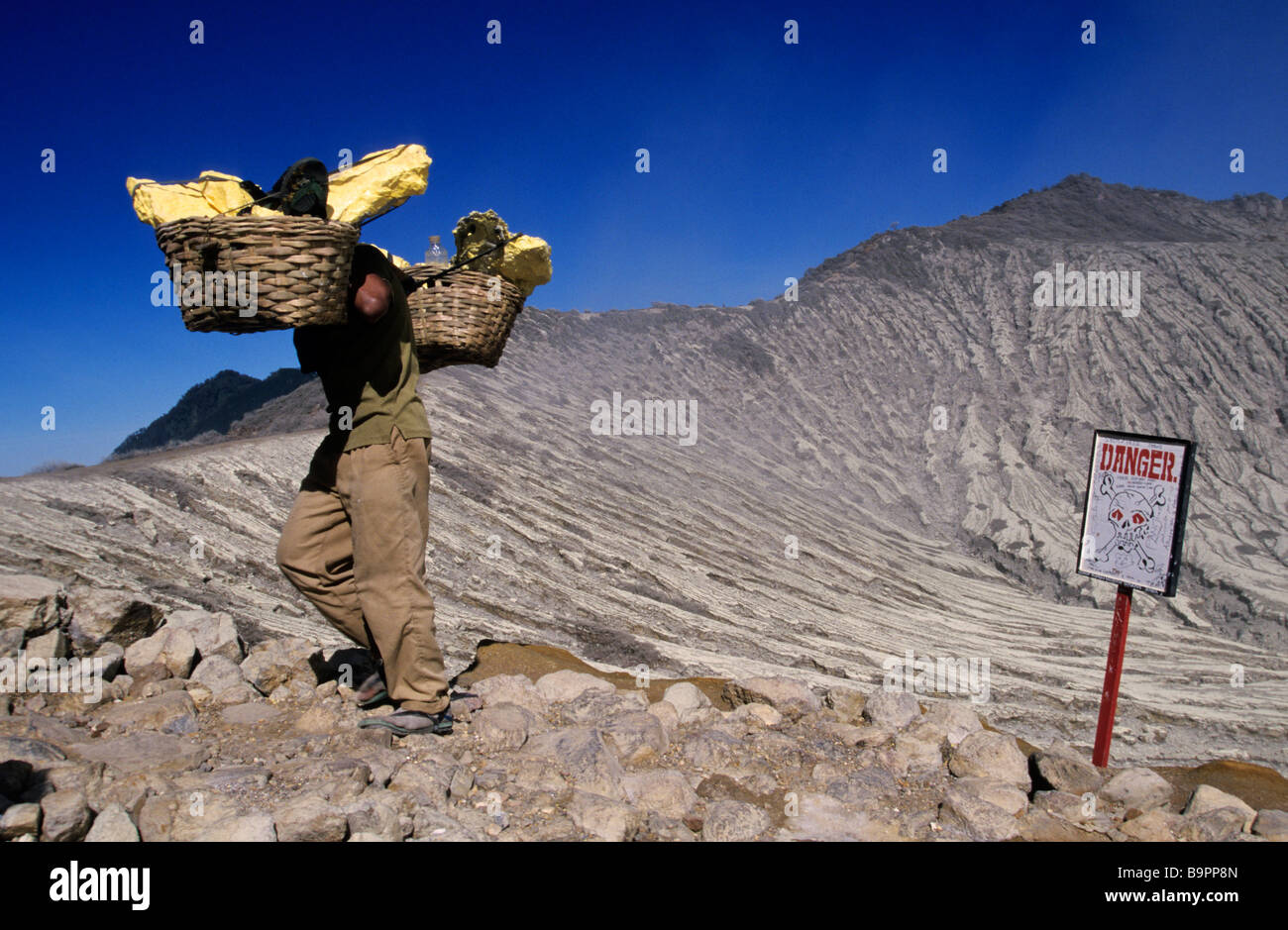 Indonesia, Java, Kawah Ijen crater, sulfur extraction - Stock Image