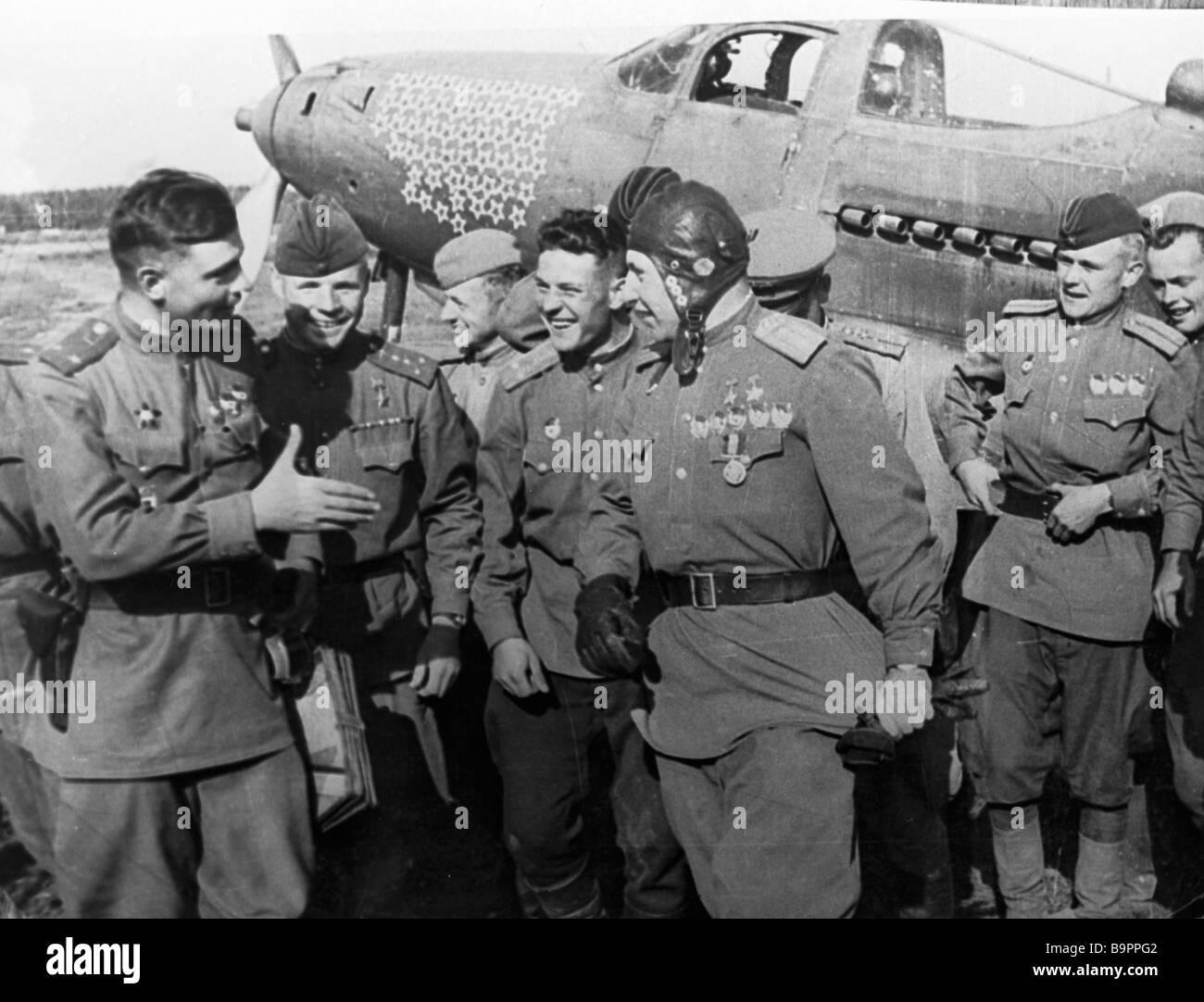 Glorious pilot Alexander Pokryshkin center talking to fellow pilots after a successful battle - Stock Image