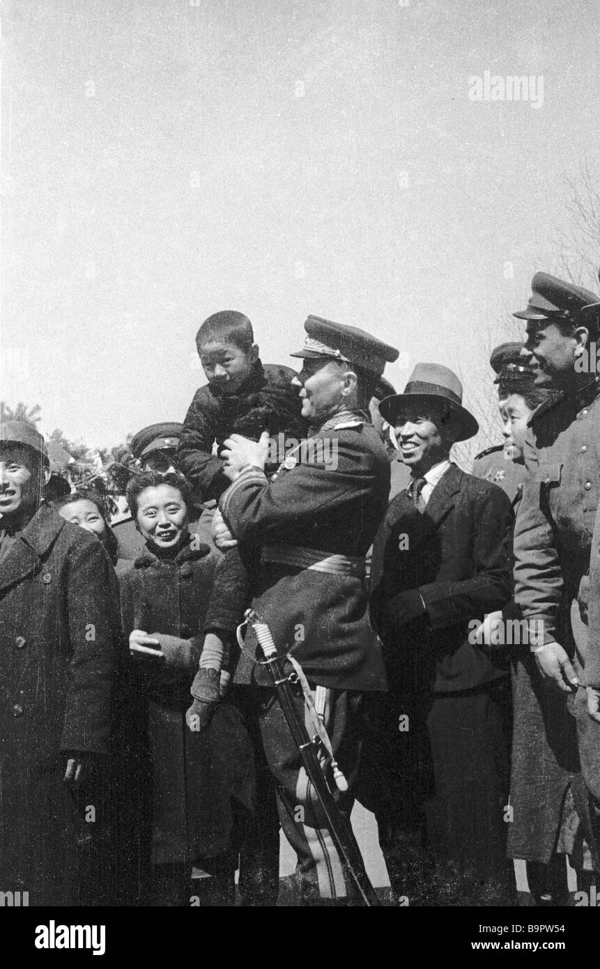 A Soviet general with a Chinese kid in his arms Chinese people seeing off the Soviet troops The 1st Far Eastern - Stock Image
