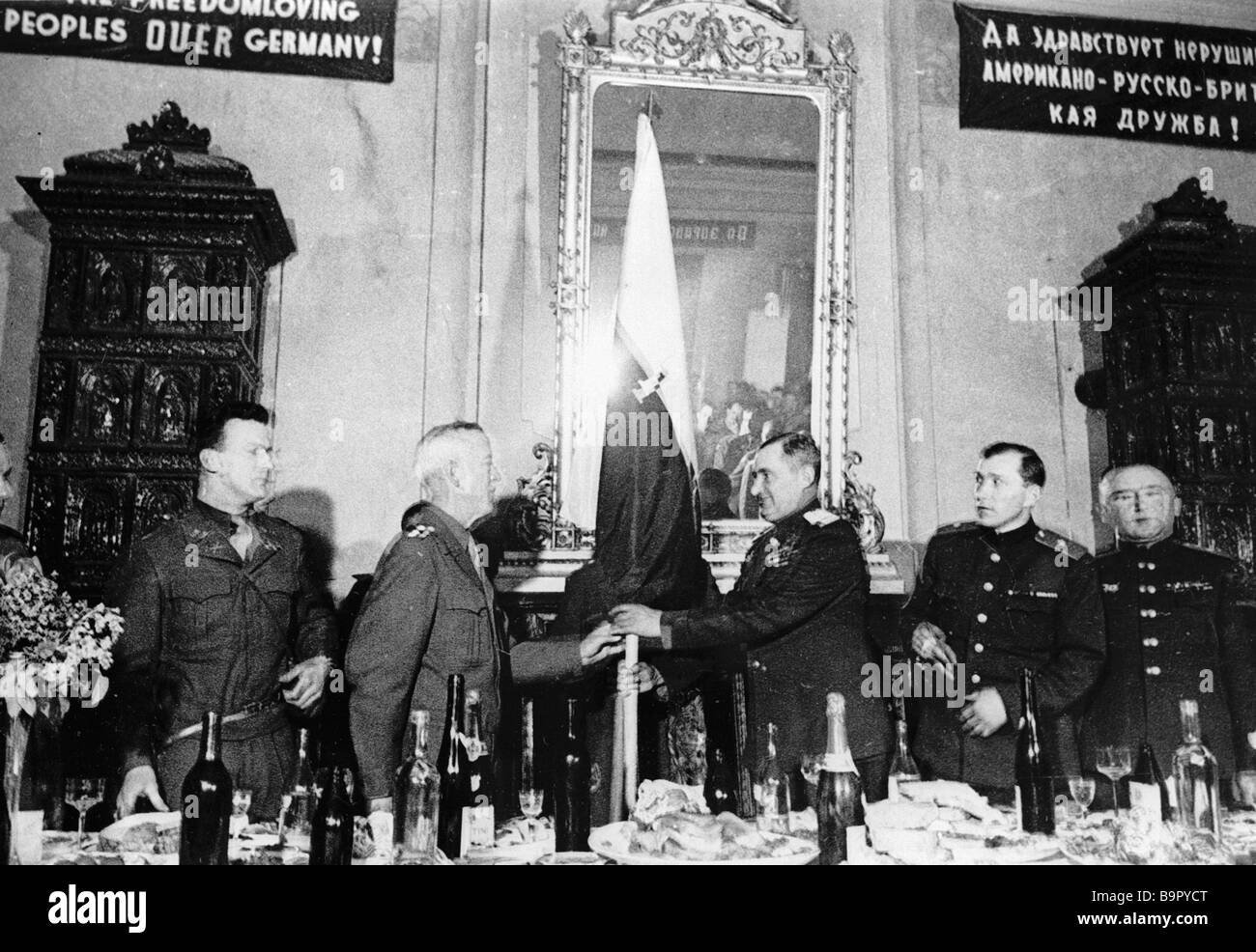 General Hoges handing over the banner of the 1st U S Army to Colonel General Zhadov during the meeting of the Allied - Stock Image