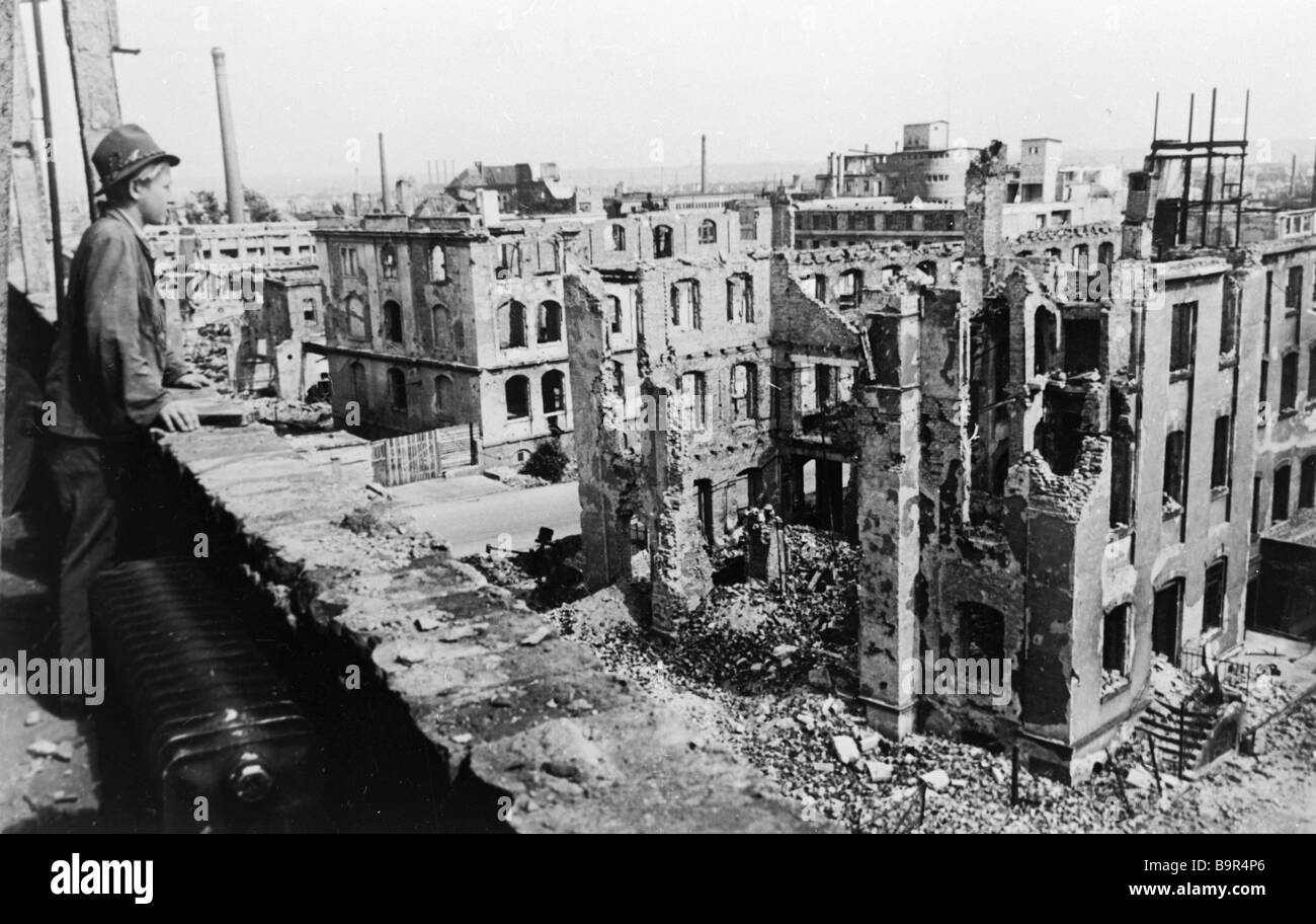 Destroyed houses in Dresden August 1946 - Stock Image