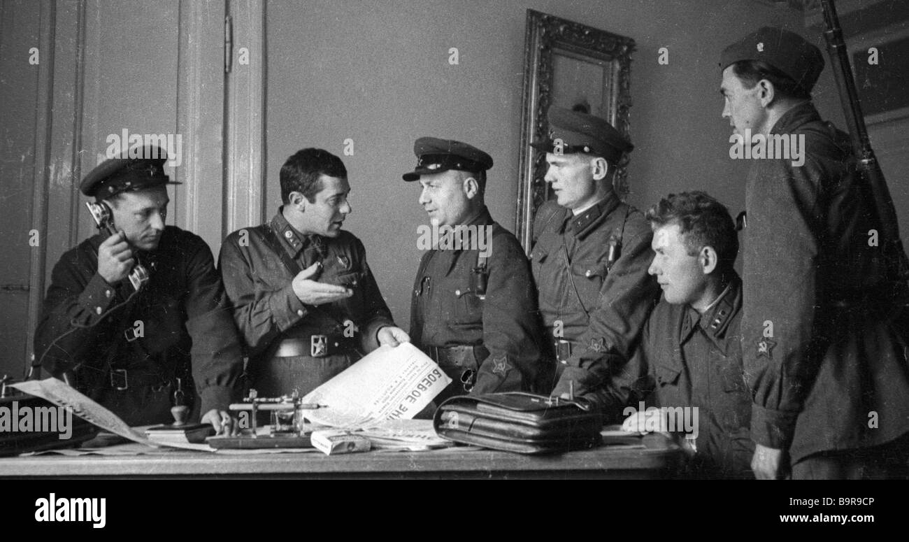 Poet Semyon Kirsanov second left talking to editorial board of the front line newspaper Wartime banner in Vilno - Stock Image